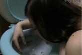 Girl kotzt in das Klo