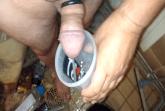 Schwuler pisst in einen Becher