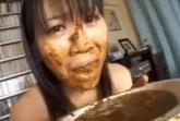Asiatin beim Scheisse fressen