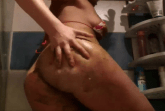 Girl scheisst ein und schmiert mit Kacke