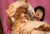 Asia Schlampe beim Kaviar Spielen