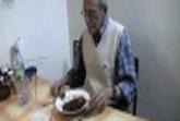 Frau scheisst in Teller und Opa frisst
