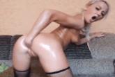 Blonde Fotze furzt beim Dildosex