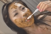 Asiatin als Kaviar Sau benutzt