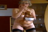 Perverse Hausfrau schmiert mit Kaviar