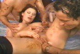 Vollgeschissen wird die reife Dame im Messy Porno