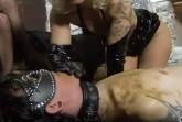Kaviar Domina Porno und devoter Sklave frisst Scheiße