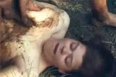 Frau kackt beim ficken im Freien