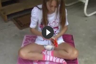 Teen Girl masturbiert in Windel im Fetisch Video
